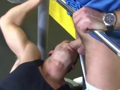 Gay jock sucks a muscly pornstar off in a gym
